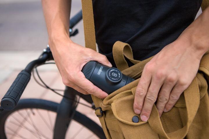 Nanopresso mit Nespressokapsel-Adapter und Packbeutel - Grau